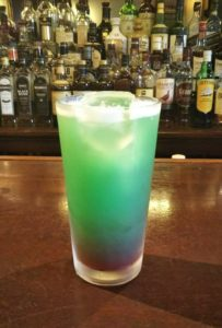 サモアで一番よく飲まれているビールと南国のパイナップル!そしてユニフォームの青色と赤色を演出